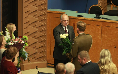 Alar Karis being congratualed in the Riigikogu after the ballots had been counted on August 31, 2021.