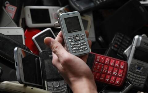 Старые мобильные телефоны.