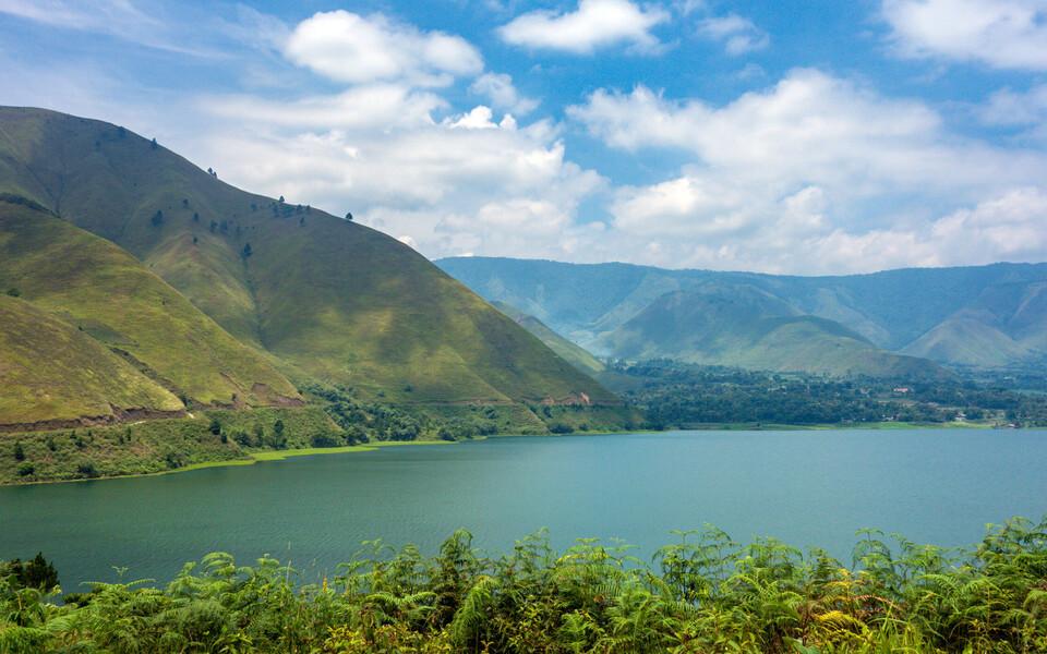 Vaade Toba supervulkaani kraatrisse tekkinud järvele.