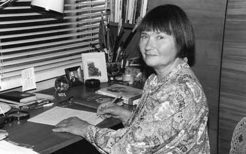Elvi Lumet oma töölaua taga 1993. aastal