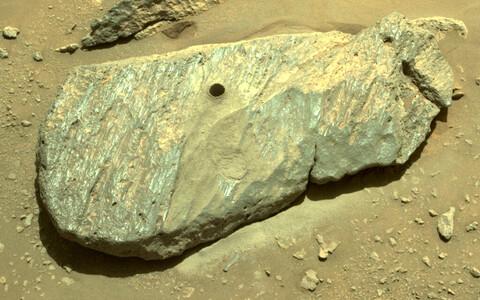 Foto Perseverance'i puuritud prooviaugust Marsil asuvas kivis.