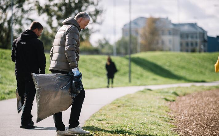 В связи с распространением коронавируса людей призывают проводить уборку индивидуально или небольшими группами.