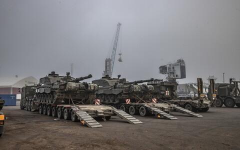 RTR's Challenger 2 MBTs arriving at Paldiski.
