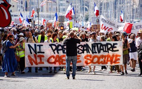 Акция протеста против введения COVID-сертификатов во Франции.