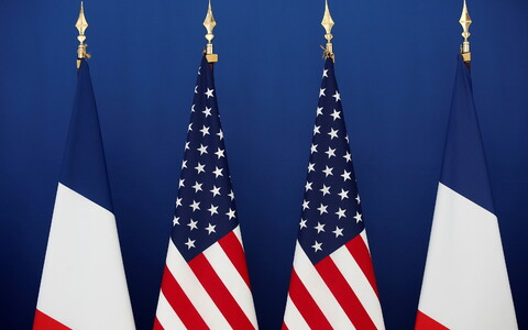 Флаги Франции и США.