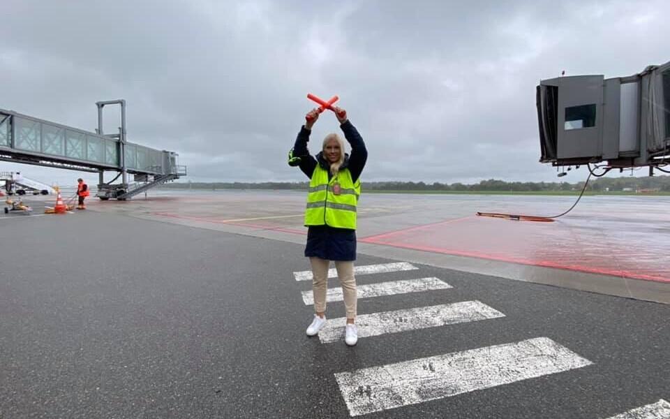 Liisu Lass juhendas seisuplatsile Stockholmist saabunud lennuki