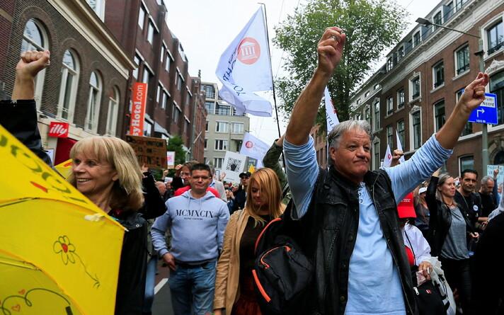 Марш протеста против коронапаспортов в Гааге.