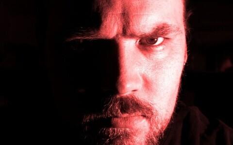 Emotsionaalsetel ja eriti just kurjadel nägudel nägudel on inimese tähelepanu haaramisel evolutsiooniline eelis.