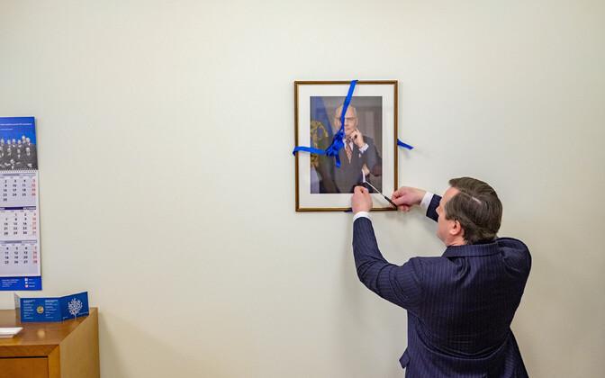 Eesti suursaadik Lätis Arti Hilpus lõikab lahti lindi president Karise foto ümbert
