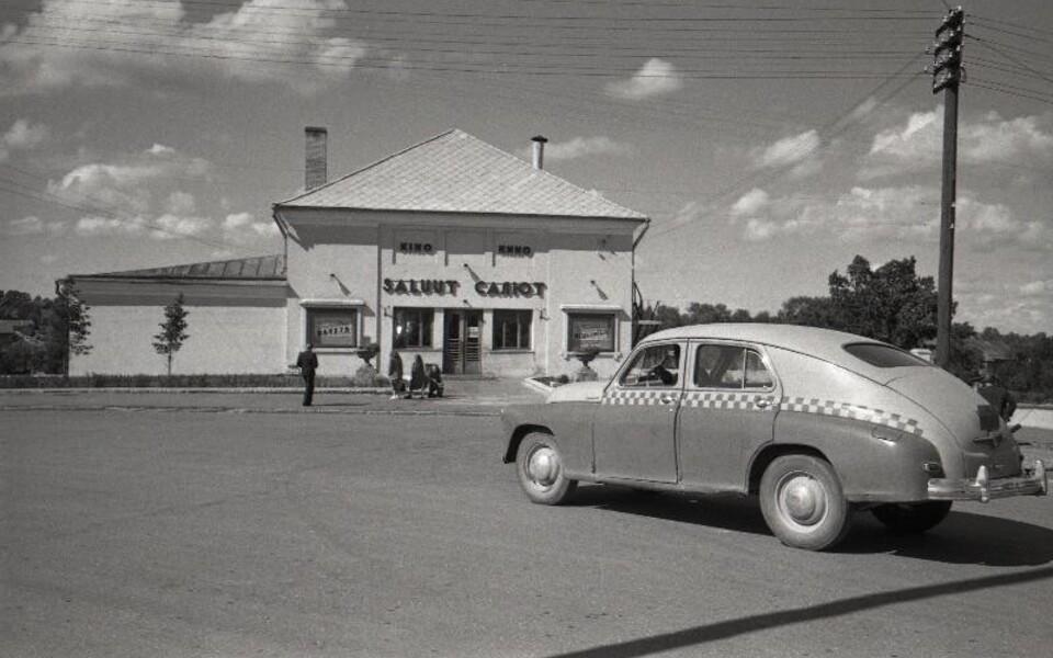 Kinosid ehitati peale sõda suure hooga juurde, aga filme oli nii vähe, et räägiti malokartinje'st ehk niinimetatud filmipõuast. Uus kino Saluut Valgas (1952).