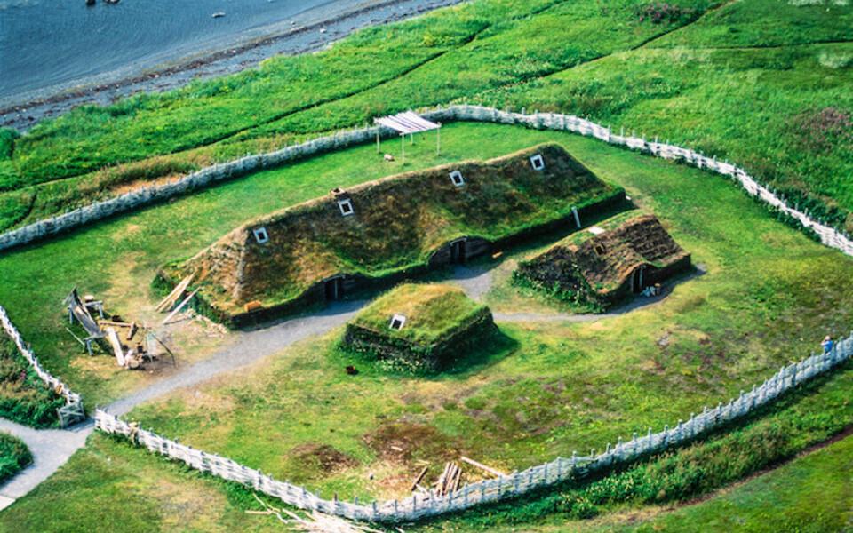 L'Anse aux Meadows leiupaik koos rekonstrueeritud viikingiaegse hoonega.