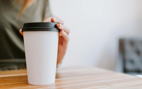 Mis saab papist joogitopsist, mille kaas on plastmaterjalist ja mille sees leidub ka kilet?